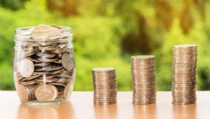 geld-tisch-glas-sparen