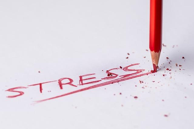 stress-schriftzug-papier-stift