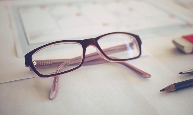 brille-tisch-unterlagen-stift
