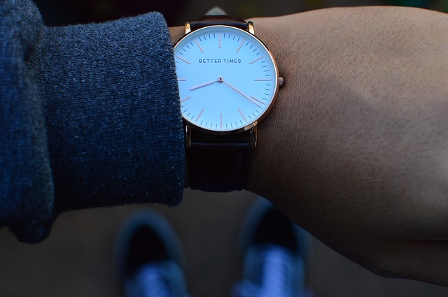 hand-armbanduhr-uhrzeit